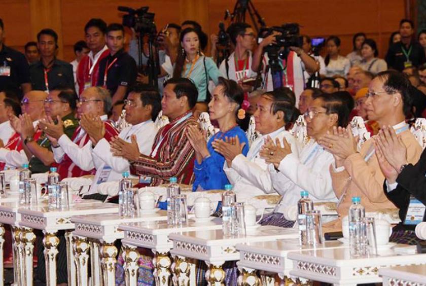 ၂၀၁၈ ခုနှစ် ဇူလိုင် ၁၁ ရက်က ကျင်းပသည့် ပြည်ထောင်စုငြိမ်းချမ်းရေးညီလာခံ - (၂၁) ရာစုပင်လုံ တတိယ အစည်းအဝေးဖွင့်ပွဲအခမ်းအနားတွင် NLD အစိုးရအဖွဲ့မှ တာဝန်ရှိသူများအား တွေ့ရစဉ်