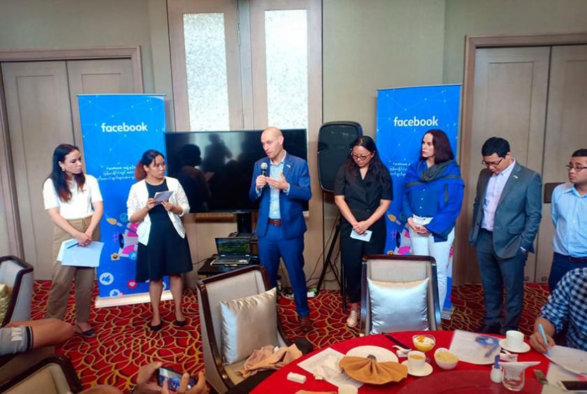 Facebook တာဝန်ရှိသူများ သတင်းစာရှင်းလင်းနေသည်ကို စက်တင်ဘာ ၅ ရက်က တွေ့ရစဉ်