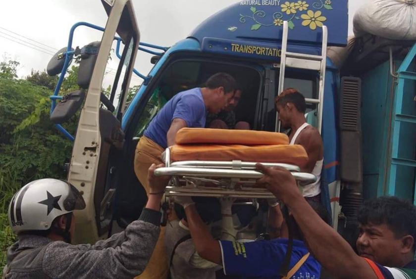 ပစ်ခတ်ခံရသည့် ကားပေါ်တွင် လိုက်ပါလာသူများကို ကူညီကယ်ဆယ်ရေး ဆောင်ရွက်နေစဉ်