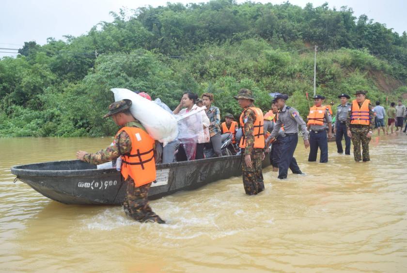 တနင်္သာရီမြစ်ရေကြီးမှုတွင် ရေဘေးကယ်ဆယ်ရေး ဆောင်ရွက်ပေးနေသော တပ်မတော်သားများအား တွေ့ရစဉ်