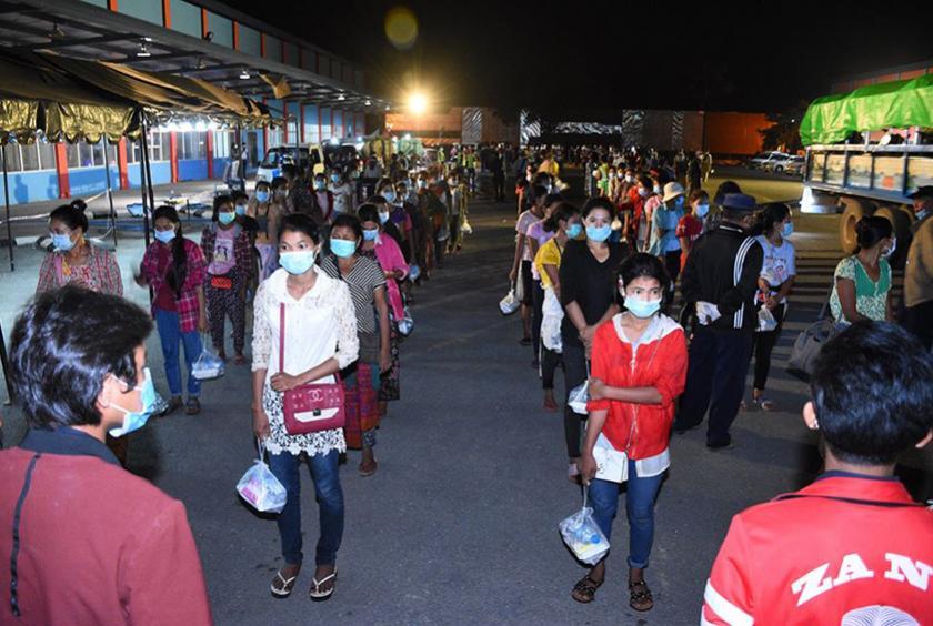 ပြည်ပမှ ပြန်လည်ဝင်ရောက်လာသည့် မြန်မာနိုင်ငံသားများကို ကျန်းမာရေးစစ်ဆေးမှုများ ပြုလုပ်ရန် စီစဉ်နေစဉ် (ဓာတ်ပုံ- စည်သာ)