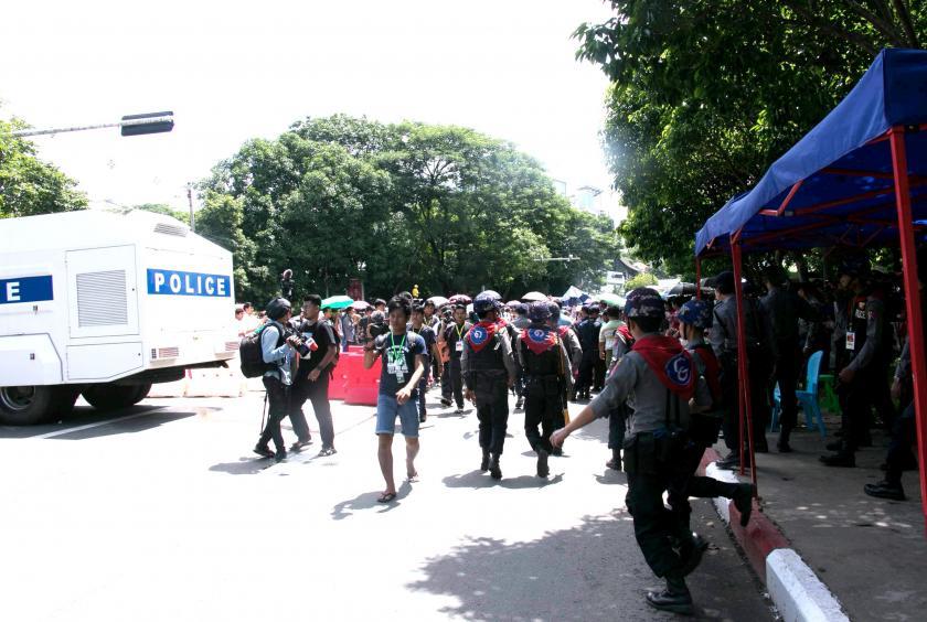 ရန်ကုန်မြို့ အာဇာနည်ဗိမာန်တွင် ပြုလုပ်သည့် ၇၂ နှစ်မြောက် အာဇာနည်နေ့ အခမ်းအနားတွင် လုံခြုံရေးယူနေသော ရဲတပ်ဖွဲ့ဝင်အချို့အား တွေ့ရစဉ်
