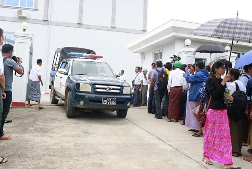 ဗစ်တိုးရီးယားအမှု၏ ငါးကြိမ်မြောက်ရုံံးချိန်းတွင် ဖမ်းဆီးခံထားရသူအောင်ကြီးအား ရုံးထုတ်လာစဉ် (ဓာတ်ပုံ- အောင်မင်းသိန်း)