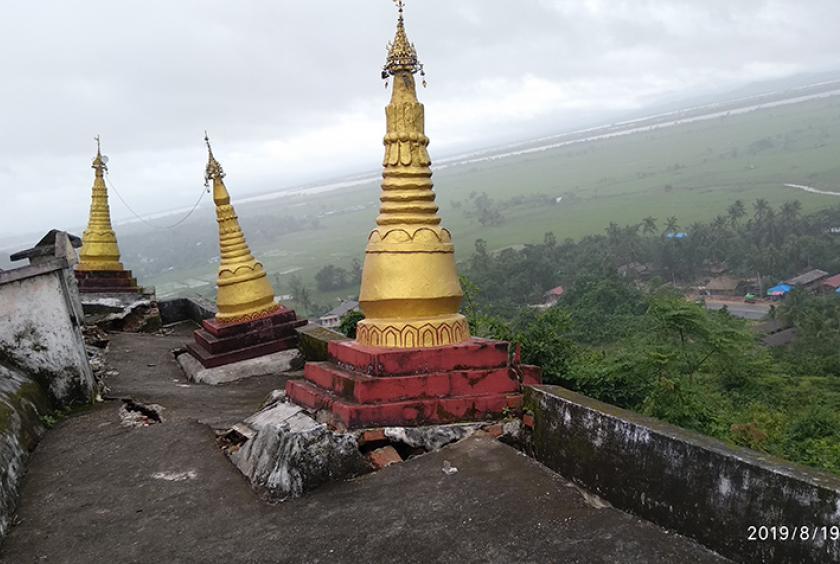 ရဲပြားကုန်းတောင်ပေါ်ရှိ အောင်စင်္ကြာစေတီတော်၏ အရံစေတီများ မြေကျွံတိမ်းစောင်းမှု ဖြစ်ပေါ်နေစဉ်